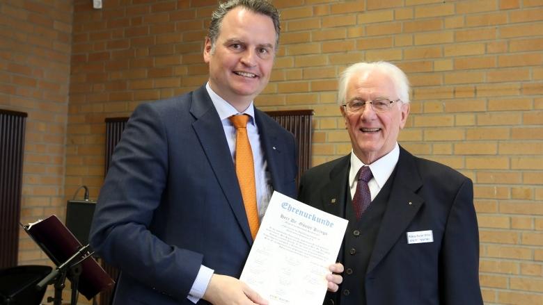Krings erhält Ehrenurkunde von Comeback e.V. (Foto: Detlev Ilgner)