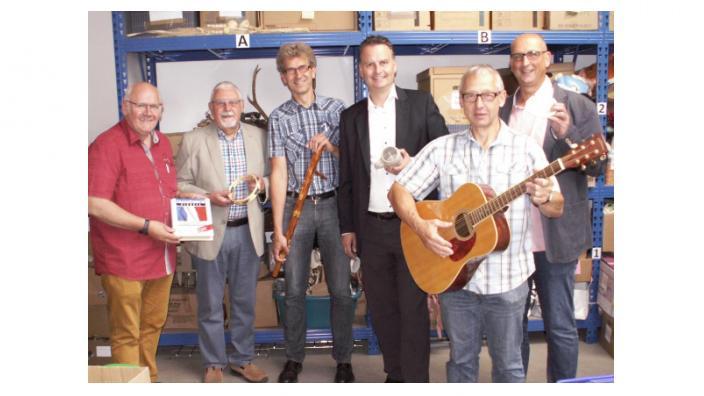 Dr. Günter Krings mit Mitarbeitern des Volksverein Mönchengladbach in der zentralen Spendenannahmestelle des Vereins.